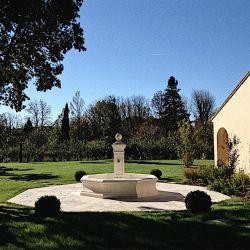 Fontaine en pierre.