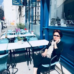 """Photo rare: Banoi """"posée"""" sur une chaise !"""