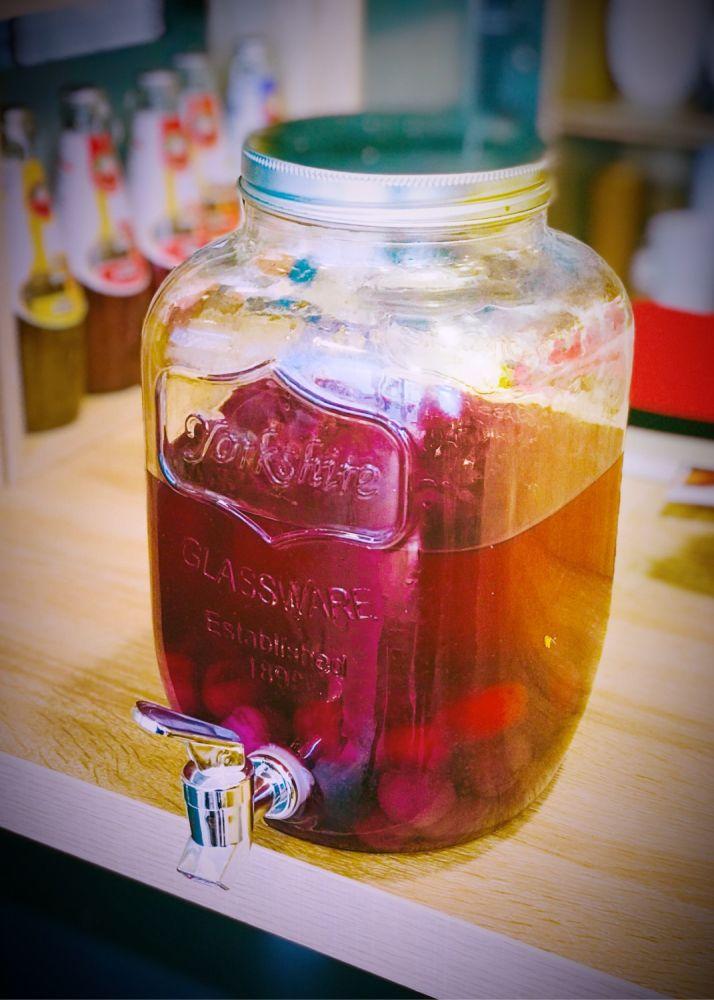 Le punch maison : rosé, sirop de litchi, arbouses, saké parfumé à la rose